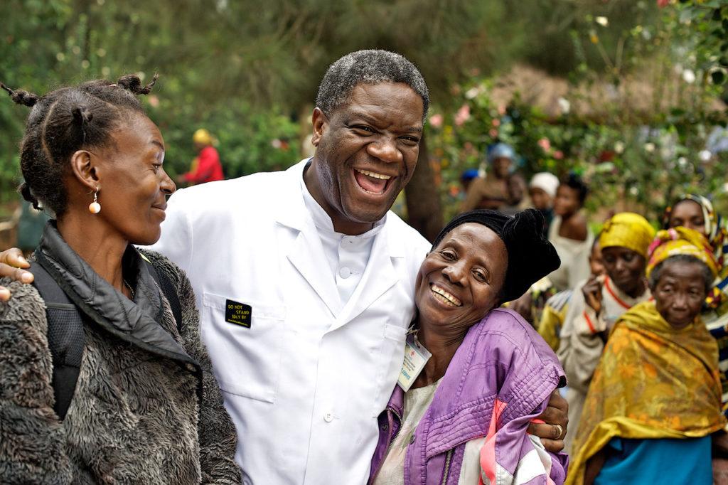 Glad Mukwege med kvinnor Torleif Svensson copy